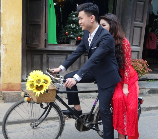 Love the couple on bicycle