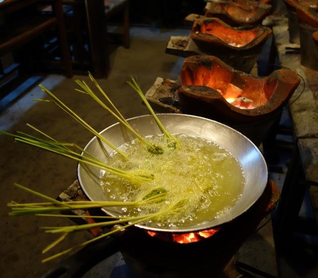 Cooking stuffed lemongrass in hot oil